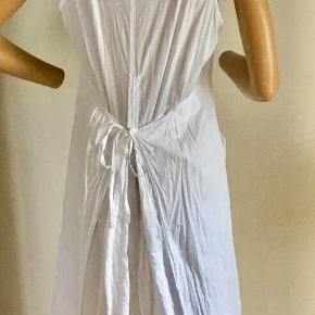 Den fineste, hvide sommerkjole fra B-Young. 100 % bomuld. To store lommer foran. Bindebånd i lænden. Smuk detalje : stort læg i nederdelen med indsyet kile i mønstret og broderet stof + løse, overliggende stofstykker i hele nederdelens længde - virkelig fint ! Dukken som har kjolen på er str 36 - størrelsen kan reguleres via bindebånd på ryggen og passer også fint en str M og lille L. Brugt få gange. Oprindelig købspris: 550 kr.  Sender gerne på købers regning : DAO 39,-