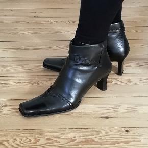 Mærke: Dick Boons Bytter ikke. Plus pakkeporto kr. 45,- uden omdeling, forsikret. Købspris: 1999 kr. Farve: Sorte Støvletter med lynlås. Str. 38 Hæl højde 7 cm. Støvlerne er brugt, men i pæn stand.