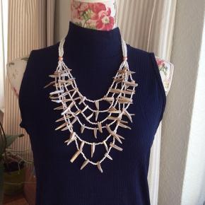 Super flot halskæde med perlemors stykker og hvide perler. Længde om hals ca 48-53 cm Ved ikke hvilken materiale