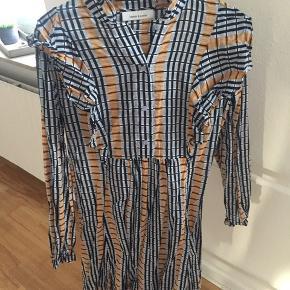 Fineste kjole fra samsøe med blå underkjole til - har de fineste detaljer!