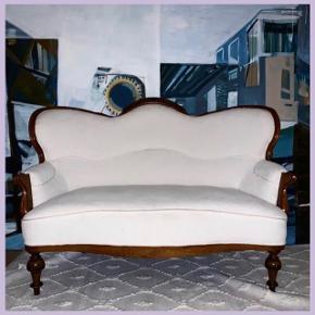 Antik retro sofa. Hvidt stof med mørke træben. Flere brugstegn; se billeder for stand. Skal afhentes i København V :)  Højde: 95 cm Bredde: 120 cm Dybde: 55-60 cm