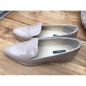Beige farvet lak sko af mærket KIOMI. Helt nye og ubrugte