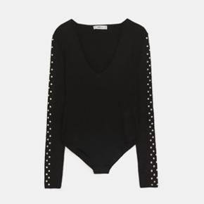 Helt ny bodystocking fra Zara med smukke perler langs ærmerne.   Se også mine andre annoncer - tøj fra Ganni, H&M, Zara, & other stories, YAYA og flere 🥰  #Secondchancesummer
