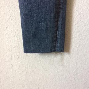 Tiger of sweden - jeans Str. 27/32 Næsten som ny Farve: lyseblå Lavet af: 98% cotton og 2% elasthan Style: slender Mål: Livvidde: 74 cm hele vejen rundt Længde: Ydre: 91 cm Indre: 69 cm Køber betaler Porto!  >ER ÅBEN FOR BUD<  •Se også mine andre annoncer•  BYTTER IKKE!