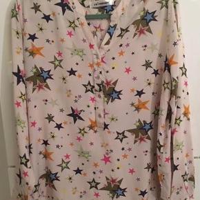 Brand: Co´Couture Varetype: Co´Couture skjorte Farve: Multi color Oprindelig købspris: 400 kr.  Festlig og lækker skjorte fra Co´Couture, der kan bruges til både daglig og til fest.  Den er kun blevet brugt en gang.  Se også mine andre annoncer fra Ichi, Creton, Odd Molly, Selected Femme.