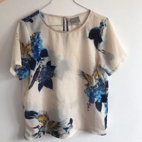Sød t-shirt fra Vero Moda i gennemsigtigt stop med blomster. Næsten som ny 🌈🌞🍒