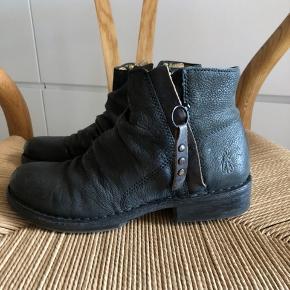 Støvler fra Fly London. Brugt sparsom og passet godt på dem. Indvendig mål 24,5 cm.