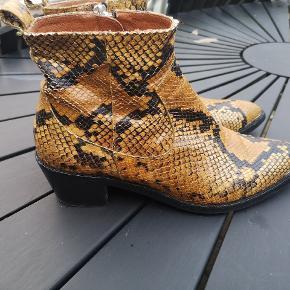 Super fede slangeskinds støvler i gul og sort. Ikke brugt meget.