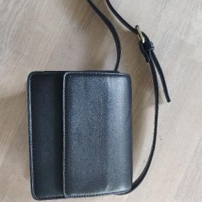 Varetype: Taske  Farve: Sort   Skuldertaske, en guld spænde, så man kan justere taskens længde. En fin lille størrelse, spænden er lidt slidt ellers er tasken i god stand.