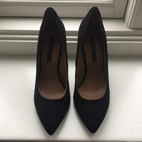 Sorte stiletter. Hælhøjde 8 cm. Skoene er brugt en gang og har ingen tegn på brug udover bunden, derfor står de som aldrig brugt