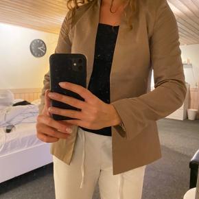 Stadig prismærke. Fed brun blazer. 🌸