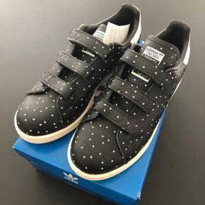 Helt nye sneakers, stadig med mærke.  Stan Smith med velcro. Str. 38 2/3 Sælges fordi de er købt for små.