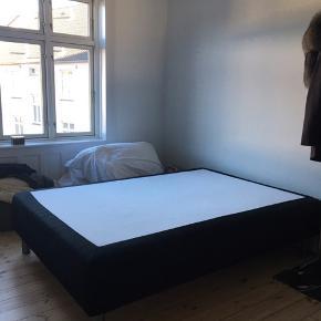 God (medium blød) seng fra Ilva i flot og velholdt stand. Flotte stålben til. Kan hentes i Tikøb.  Mål 140x200