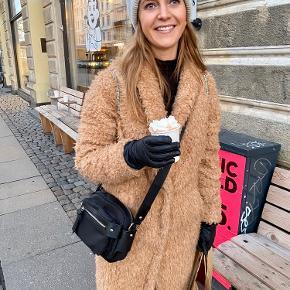 """Style: Fendia Lækker frakke i plys""""pels"""", der er 2 knapper foran."""
