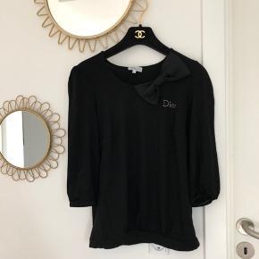 Så fin vintage Dior uniform bluse sælges - har været båret af Diors personale i deres beauty afdelinger i 1990'erne.