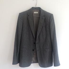 Dries Van noten blazer jakke i strl 48. I farven grå. Kan sendes til hele dk efter aftale.