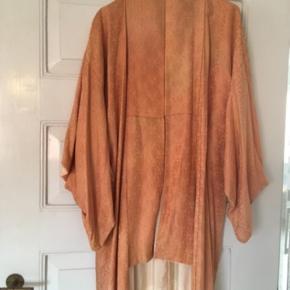 Smuk kimono i ferskenfarvet silke Har nogle misfarvninger (som egentligt er ret flotte 🙂) Deraf prisen!