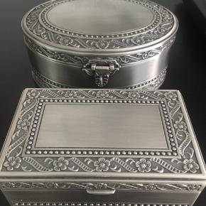 Sæt af to smykkeskrin i børstet stål og med mørkeblåt stål. Prisen er for begge smykkeskrin, men seperat sælges den store til 300kr og den lille til 200kr. Skriv for flere billeder eller anden information 📸