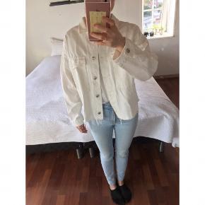 Hvid denimjakke fra Zara. Aldrig brugt. Byd