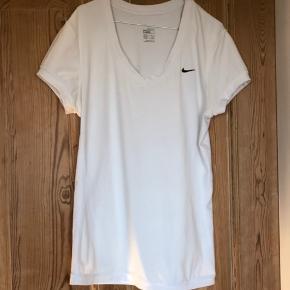 Super fed nike sports t shirt, sælges kun fordi den er for stor