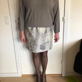 Brugt én enkelt gang. Super pæn kjole, som næsten giver en fornemmelse af kjole og nederdel i ét.