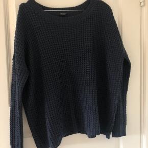 Mørkeblå sweater i et fint strikket mønster. Sweateren er vasket en del gange, men har ingen skader ☺️  Jeg sender gerne flere billeder!  Kan afhentes i Århus N eller Århus C efter aftale. Kan også sendes, hvor køber betaler fragt 👌🏻☀️  Tjek også mine andre annoncer 🌸