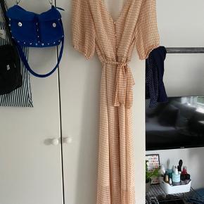 Sælger min fine ternet ONLY kjole.  Størrelse 42, men kan sagtens passes af en mindre størrelse. (Er normal selv 38, og den passede fint☺️)