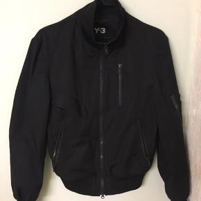 Sælger denne nice jakke fra y-3  Størrelse m  Mp 500 Bin 900 Tag et kig på mine andre annoncer også:)