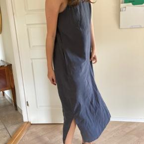 Ærmeløs kjole i mørkegrå med slidser i begge sider fra Weekday. Størrelse 36