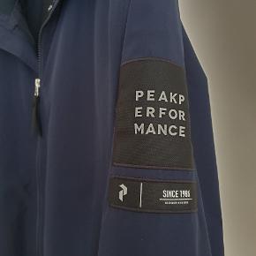 Sælger denne lækre Peak Performance jakke.  Super komfortabelt og har et flot snit. Brugt under en håndfuld gange. Som ny. Vind og vandtæt.  Nypris: 2000kr Min pris 750kr