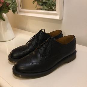 Dr. Martens 3989 Smooth i sort Kun brugt en enkelt gang Købt i London for 1200 kr.  Befinder sig i Kalundborg