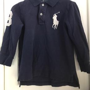 Skøn langærmet polo med stort logo. Bæger præg af hyppig vaske