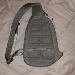 Drønsmart Patagonia taske med praktiske lommer. Sidder på tværs af ryggen. Unisex. Ingen brugstegn.