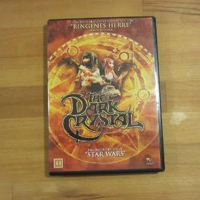 En eventyrfilm af Jim Henson (manden bag Muppet Show).  Giver gerne mængderabat - så kig dig lidt omkring - har noget til hele familien :-)  DVD * inkl. porto Farve: - Oprindelig købspris: 100 kr.