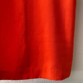 Smuk orange slip dress fra H&M ✨ har nogle små pletter, som muligvis kan fjernes - dog ikke noget jeg selv synes man ligger mærke til 🤷♀️