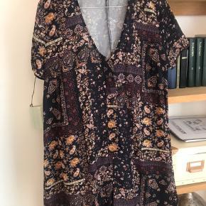 Flot mønstret buksedragt fra Reclaimed Vintage  Ligner en kjole når man har den på Perfekt til sommer!  Se også mine andre annoncer