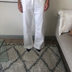 Fine bukser fra Malene Birger sælges billigt. Der er et lille hul i i sygningem som hurtigt kan fikses.