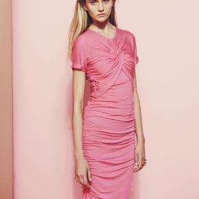 Draperet Brush Dress i pink fra Stine Goya 🌻 brugt i en kortere periode, men i super fin stand 🌷