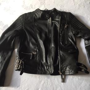 Sort rå skindjakke med lynlås, lækker blød og en kvalitets jakke.