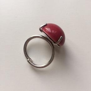 """Louise Kragh Mega Dot sølvring med """"halvkugle"""" i porcelæn. Justerbar. Lille flig af porcelæn er faldet af, men bemærkes næsten ikke."""