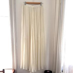 Lange bukser fra Malene Birger i str. M. Der er inder shorts i og høj slids i siderne. Ligner utroligt meget en nederdel. Aldrig brugt