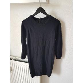 Klassisk og varm kjole i 100% blødt lamme uld 🖤  Brugt få gange og fremstår ny!   Kan passes af XS-M  Nypris 500kr.   Kan afhentes i Charlottenlund eller sendes med DAO på købers regning.