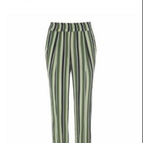 Helt nye bukser med vide fra hosbjerg. Modellen hedder: mercy pants og er i farven: moss tone. De har en løs / bred pasform og består af 100 % viskose. Aldrig brugt, og mærke stadig på. De skulle eftersigende have en fejl - men jeg kan simpelhen ikke finde den! Så jeg går næsten ud fra at det er en fejl fra butikkens side.  Kom med et bud 🙂  Tags: Limegrøn lime grøn lysegrøn mørkegrøn striber print mønster