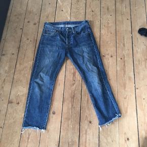 Levis jeans Klippet og i bunden  Fin stand Passer ca 165-175 afhængig af ønsket pasform og kropsbyggelse. Byd