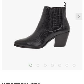 Super smukke støvler med krokodille mønster. Er desværre for smalle til min fod, da jeg har en meget høj vrist 😞 Derfor kun prøvet på men har ikke nået at bytte dem. Derfor er prisen fast