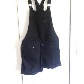 Buksedragt, smækbukser, overalls fra hmm str. 40. De har været brugt et par gange men ellers ligget i skabet.