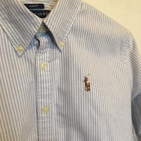 Mega fin stribet skjorte fra Ralph Lauren. Er brugt en enkelt gang og fejler ingenting😊 Det er slim fit-modellen så den er figursyet. Har også denne model til salg i farven hvid.   Np 600. Afhentes i Aalborg eller sendes på købers regning.