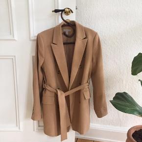 Smuk jakke i god kvalitet. Nypris 500kr. Brugt to gange.
