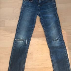 Lækre jeans fra Hilfiger. De er brugte og knæene er revnede (det skulle være moderne igen:)?), men de kan evt få nyt liv som shorts:).  Bortset fra knæene er bukserne i fin stand.