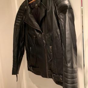 Super lækker skind jakke. Brugt 2 gange, er som ny. Lidt stor i størrelsen.